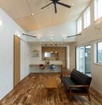 4メートルの天井高が生み出す-光と風が行き交う空間-