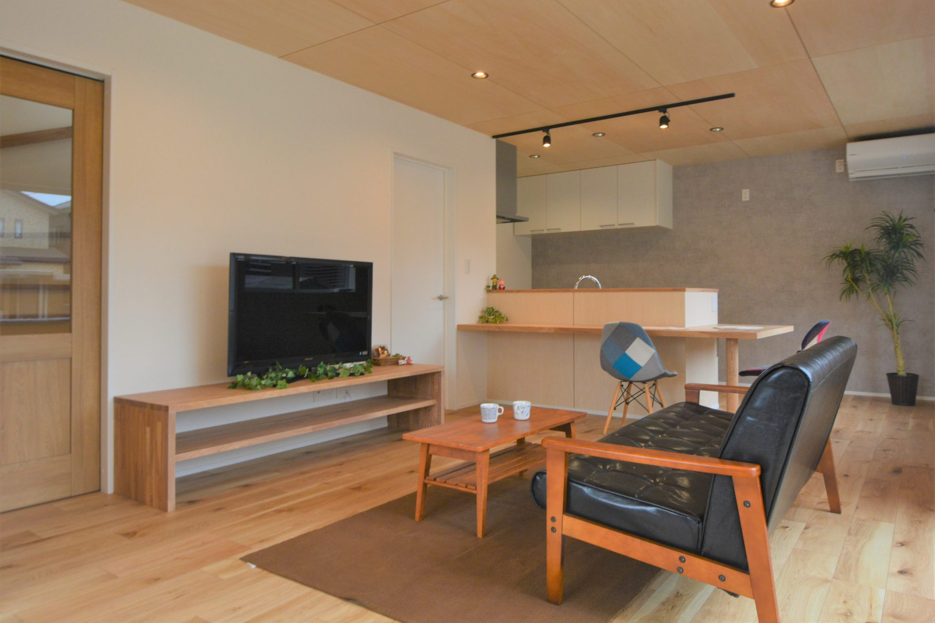 こだわりのシャープな外観と、ナチュラルな家具が似合う家~「家づくり夢なんです」そんなご家族念願の家~